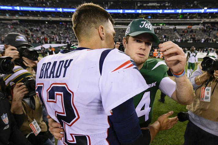 Sam Darnold þakkar Tom Brady fyrir leikinn.