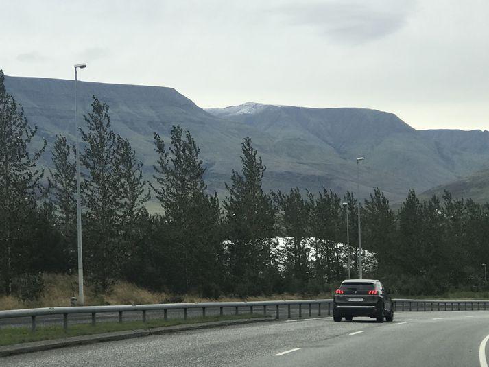 Snjórinn sást vel úr Mosfellsbæ í morgun en myndin var tekin frá Vesturlandsvegi laust fyrir klukkan ellefu.
