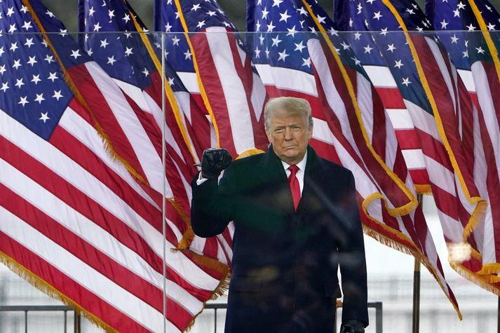 Donald Trump, fráfarandi forseti Bandaríkjanna, getur nú ekki nýtt sér Youtube, Facebook eða Twitter til að ná til stuðningsmanna sinna.