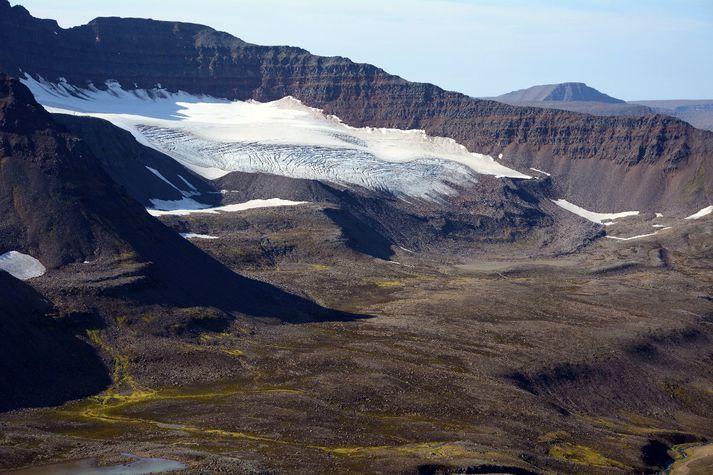 Aukin vetrarúrkoma virðist hafa gert rýrnun jökla vegna hlýnunar minni en ella hefði orðið. Hér sést Kerlingajökull í Klaufabrekknadal.
