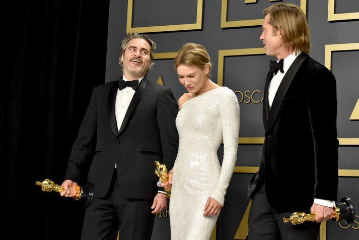 Þrír hinna fjögurra hvítu leikara sem hlutu Óskarinn fyrir besta leik í ár, þau Joaquin Phoenix, Renée Zellweger og Brad Pitt.