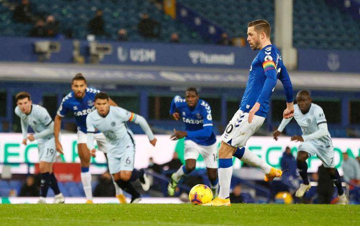 Gylfi í þann mund að tryggja Everton sigur á Chelsea.