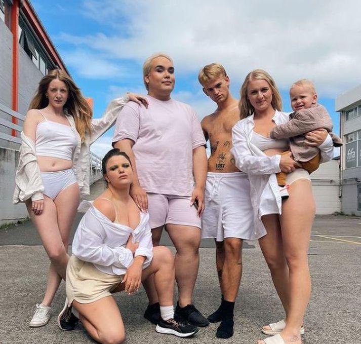 Hér má sjá þrjár Reykjavíkurdætranna ásamt Binna Glee og Elfgrime við tökur á tónlistarmyndbandinu við Hot Milf Summer.