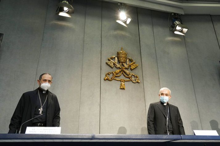 Biskuparnir Filippo Iannone (t.h.) og Juan Ignacio Arrieta Ochoa de Chinchetru kynntu breytingarnar á lögum kaþólsku kirkjunnar í dag.