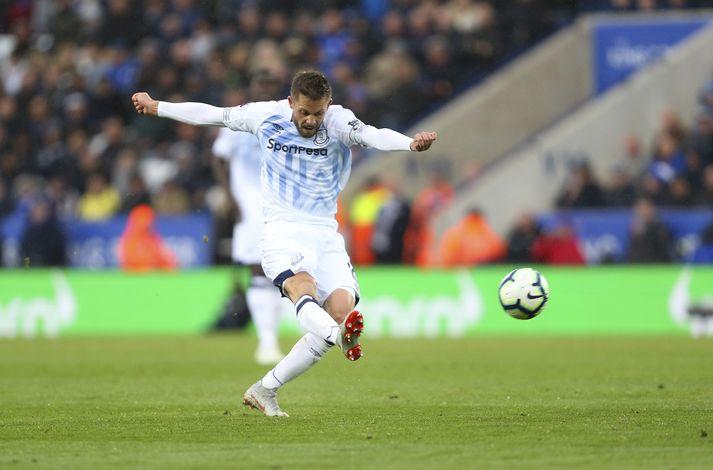 Markið stórkostlega sem Gylfi skoraði gegn Leicester City í fyrra er eitt þeirra sem er tilnefnt sem mark áratugarins hjá Everton.