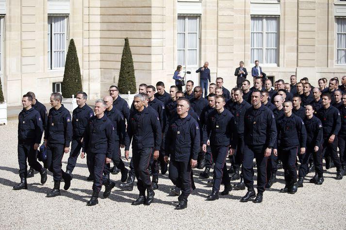 Emmanuel Macron, forseti Frakklands, tók á móti slökkviliðsmönnunum í forsetahöllinni í París í gær.