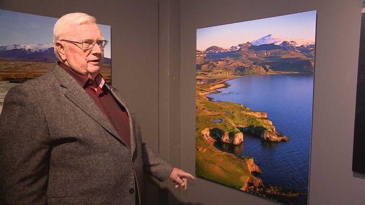 Mats Wibe Lund við ljósmyndina af Vallnabjargi í Fróðárhreppi. Snæfellsjökull í baksýn.