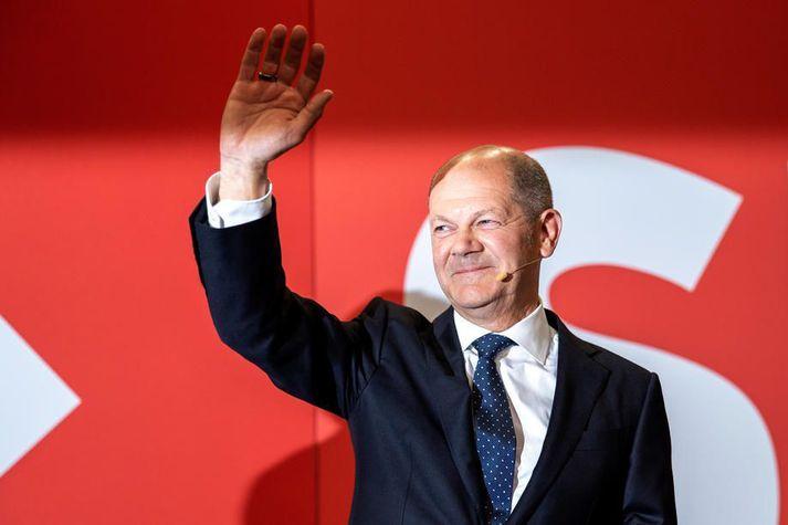 Olaf Scholz, kanslaraefni Sósíaldemókrata, fagnar sigri en enn er ekkert fast í hendi.