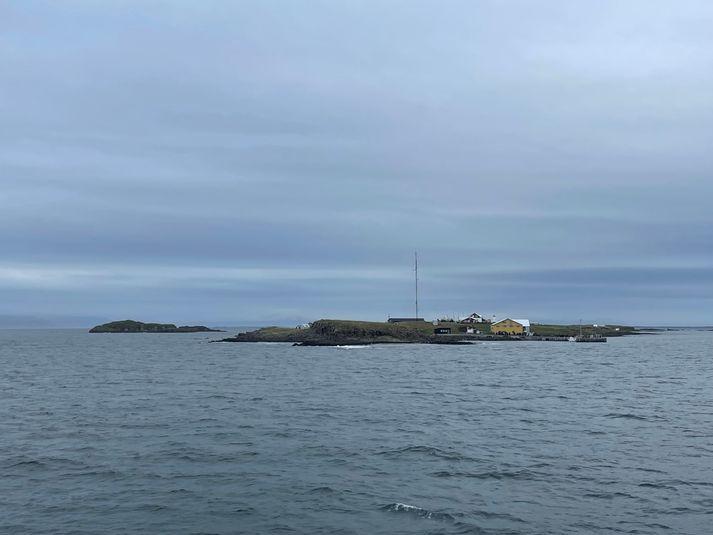 Á vef Veðurstofunnar var skjálftinn staðsettur28,2 norðaustur af Flatey.