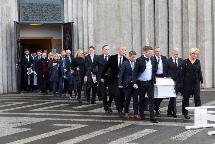 Kista Atla borinn út úr Hallgrímskirkju í dag. Meðal kistubera voru sonur hans Egill Atlason og Guðmundur Hreiðarsson markvörður og vinur Atla.