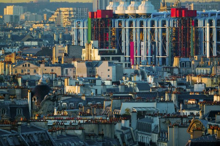 Bygging Pompidou-safnsins í París var hönnuð af arkitektunum Renzo Piano og Richard Rogers og opnaði árið 1977.