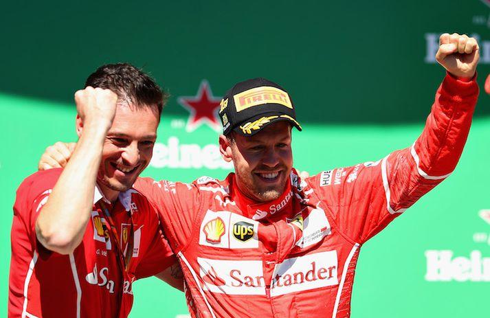 Sebastian Vettel fagnar eftir góða keppni í Brasilíu.