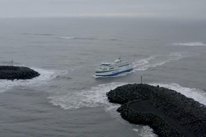 Nowy prom Herjólfur wpływa do portu Landeyjahöfn.