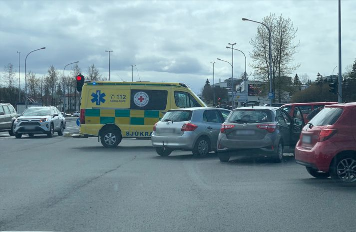 Tveir fólksbílar rákust saman á mótum Fellsmúla og Grensásvegar í Reykjavík.