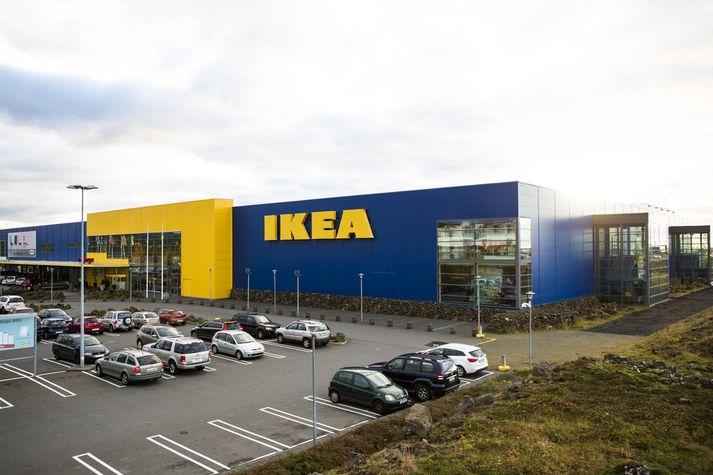 Þrátt fyrir metveltu á síðasta rekstrarári dróst hagnaður IKEA saman um nærri helming. Gengisfalli krónunnar er kennt um.
