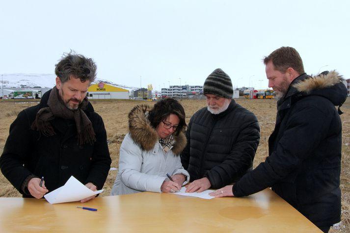Á meðal verkefna Bjargs íbúðafélags er bygging 155 íbúða við Mjóaveg við Spöng í Grafarvogi. Björn Traustason er hér lengst til hægri.