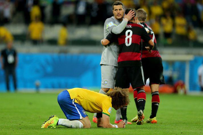 David Luiz liggur í grasinu eftir 7-1 tap á móti Þýskalandi í undanúrslitum á HM 2014.