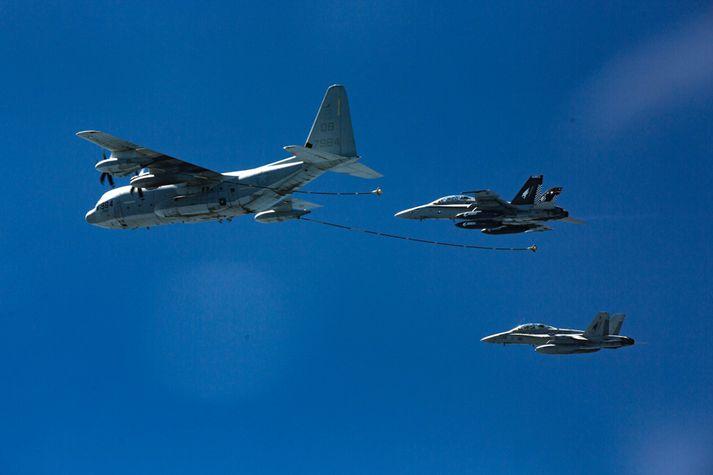 Hér má sjá flugvél af gerðinni KC-130 og tvær F/A-18D Hornet orrustuþotur.