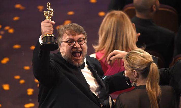 Guillermo del Toro fagnar hér verðlaunum fyrir bestu kvikmyndina. Hann var jafnframt valinn besti leikstjórinn.