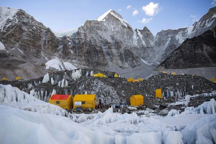 Frá grunnbúðum Everest í Nepal þar sem nokkrir göngumenn hafa smitast af Covid-19 frá því seint í apríl.