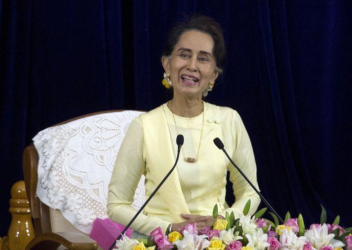 Suu Kyi hlaut verðlaunin árið 1991 þegar hún var fangelsuð af her Mjanmar fyrir að berjast fyrir lýðræði og mannréttindum.