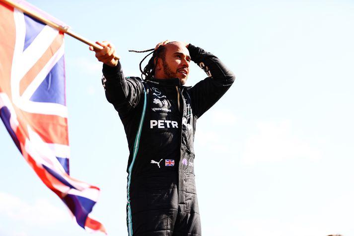 Hamilton fagnaði sigri á Silverstone eftir að hafa farið utan í Verstappen í byrjun kappakstursins.