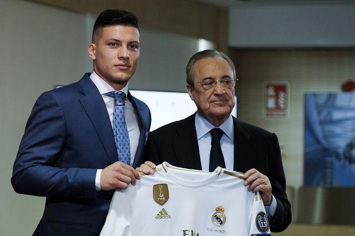 Luka Jovic, einn af nýju leikmönnum hjá Real Madrid, ásamt Florentino Pérez, forseta félagsins.