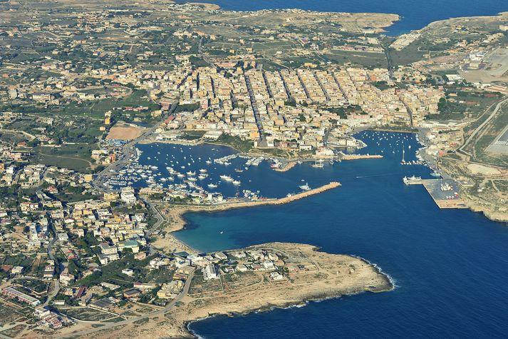 Ítalska eyjan Lampedusa liggur austur af norðurafríkuríkinu Túnis.