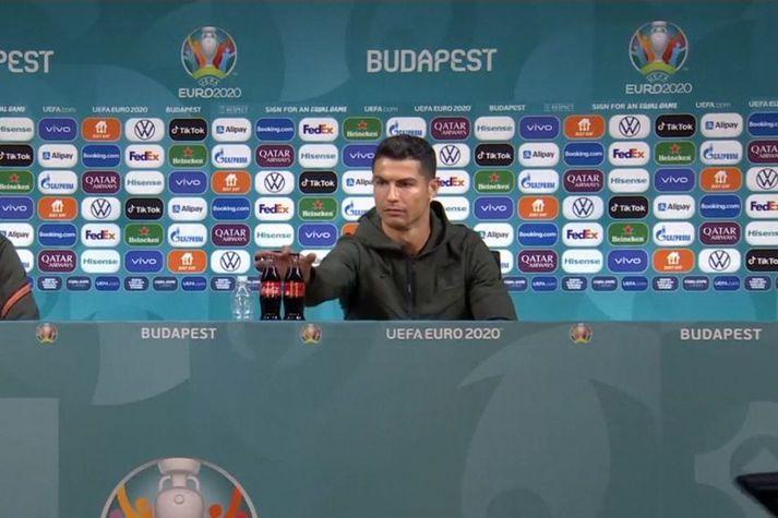 Ronaldo er hér í þann mund að fara að færa kókið, sem hann er ekki hrifinn af.