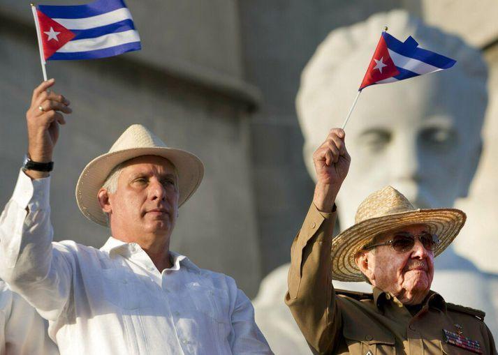 Díaz-Canel (t.v.) með Raúl Castro á góðri stundu.