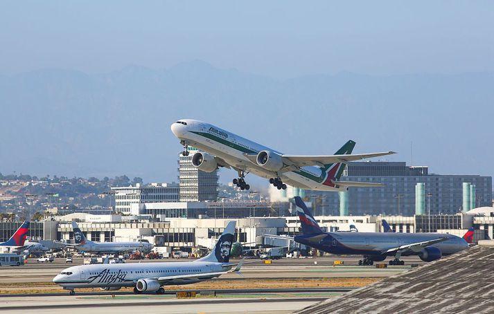 Flugvél Alitalia tekur á loft í Los Angeles.
