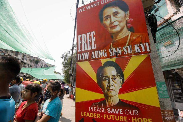 Plaköt þar sem þess er krafist að Suu Kyi verði látin laus á mótmælum í Yangon í Búrma.