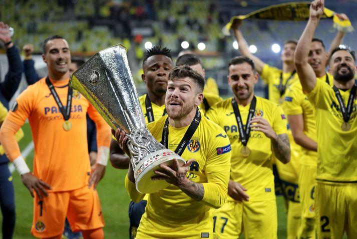 Alberto Moreno fagnar með Evrópudeildarbikarinn eftir sigur Villarreal á Manchester United.