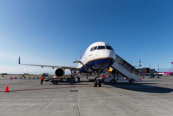 Icelandair ætlar meðal annars að fjölga karlflugþjónum og samræma reglur um milli kynja varðandi einkennisfatnað starfsmanna.