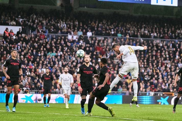 Casemiro skorar sigurmark Real Madrid með kollspyrnu.