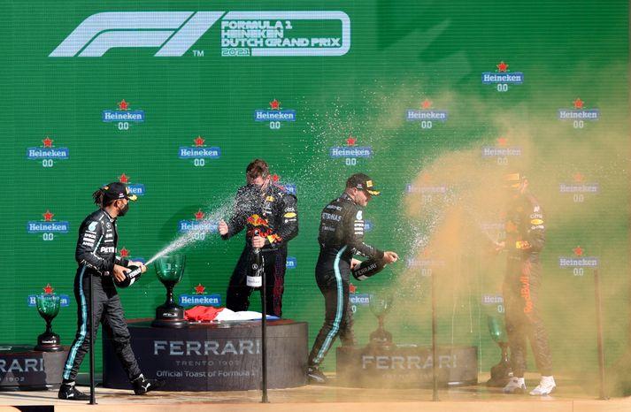 Hamilton baðar Verstappen í kampavíni eftir sigur þess síðarnefnda í Hollandi.