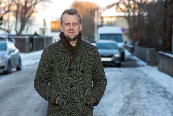 Helgi Seljan er einn þekktasti fréttamaður landsins en hann fer í gegnum lífshlaupið með Snæbirni Ragnarssyni.