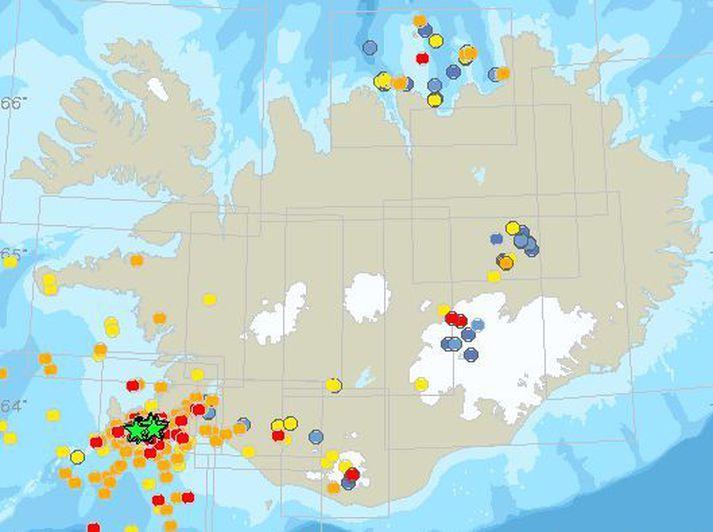 Mapa z Biura Meteorologicznego pokazuje dużą aktywność sejsmiczną na półwyspie Reykjanes.