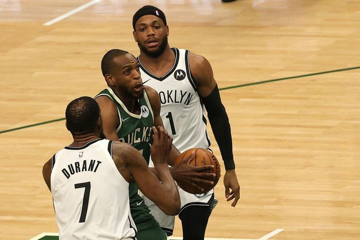 Khris Middleton sækir að körfu Brooklyn Nets.