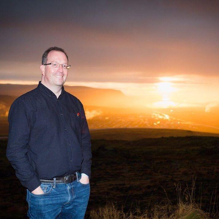 John Lloyd segist vera mikill Íslandsvinur. Hér er hann við einn af uppáhaldsstöðunum sínum á Ísland, skammt frá Þjóðvegi 1 við Hveragerði.
