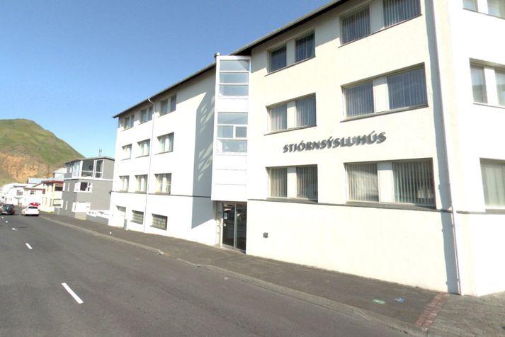 Sýslumaðurinn í Vestmannaeyjum hefur aðsetur í Stjórnsýsluhúsinu við Heiðarveg.