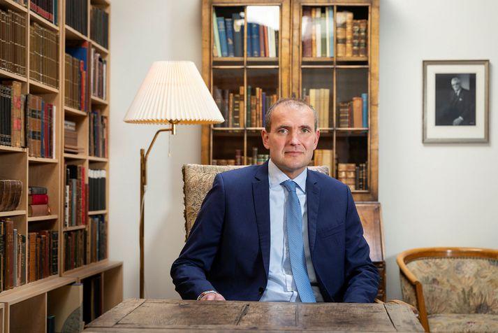 Guðni Th. Jóhannesson er forseti Íslands. Fjárframlög til embættisins lækka á milli ára.