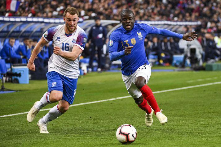 Rúnar Már Sigurjónsson í báráttu við N'Golo Kanté í leik Íslands og Frakklands í undankeppni EM 2020 sem fram fór á Stade de France fyrr á þessu ári.