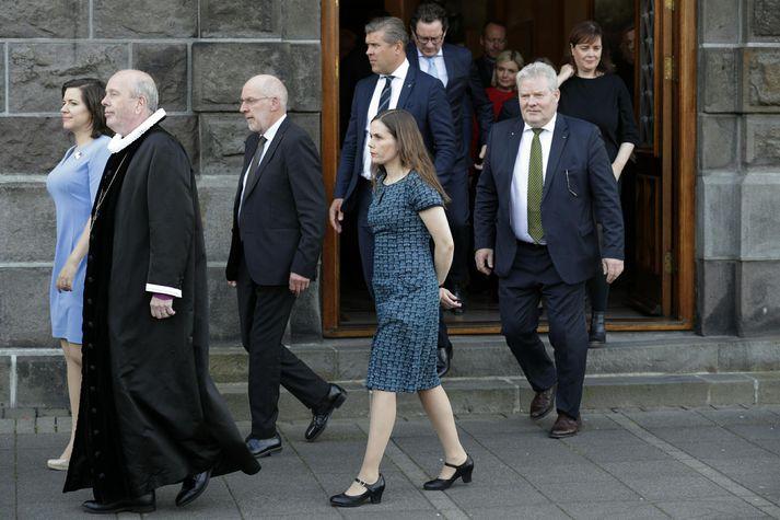Þingmenn ganga til guðsþjónustu.