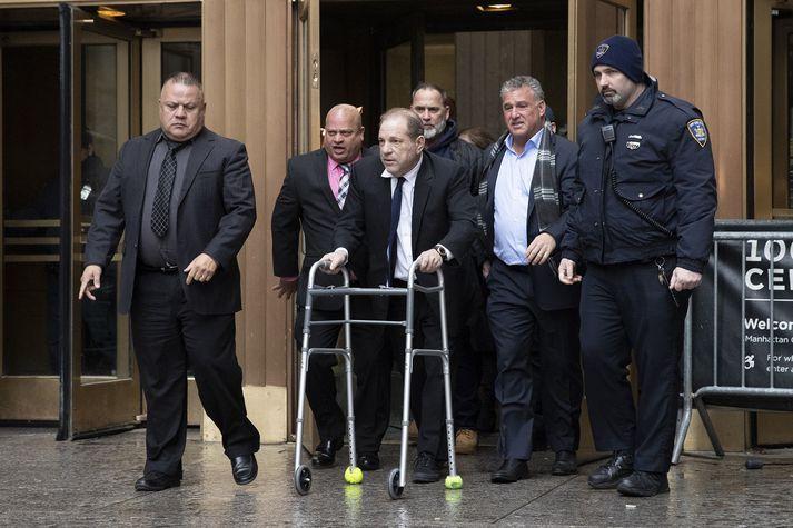 Harvey Weinstein að ganga úr dómsshúsi í New York.