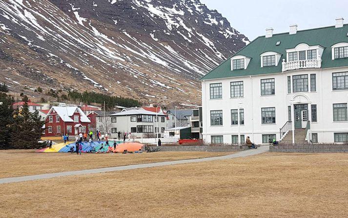 Ærslabelgurinn er við hlið Safnahússins í hjarta bæjarins.