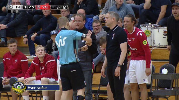 Gunnar Óli Gústafsson ræðir við þjálfarateymi Vals.