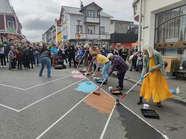Ingólfsstræti var málað í regnbogans litum í dag.
