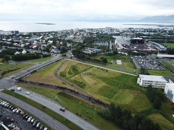 Það var dágóður fjöldi fólks sem beið eftir að komast inn á tónleikana í kvöld.