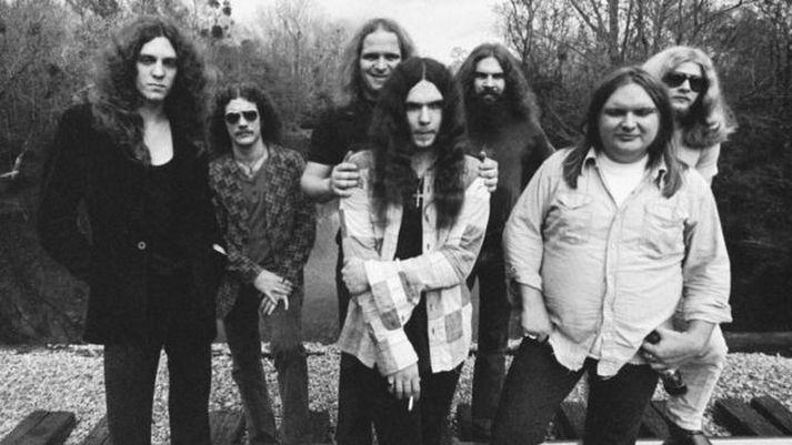 Ed King sést hér fremst til hægri. Myndin er tekin árið 1974 en með honum eru aðrir meðlimir Lynyrd Skynyrd.